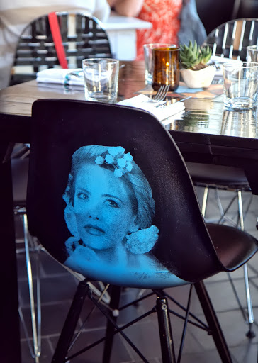 La Urbana's muse on chairs...