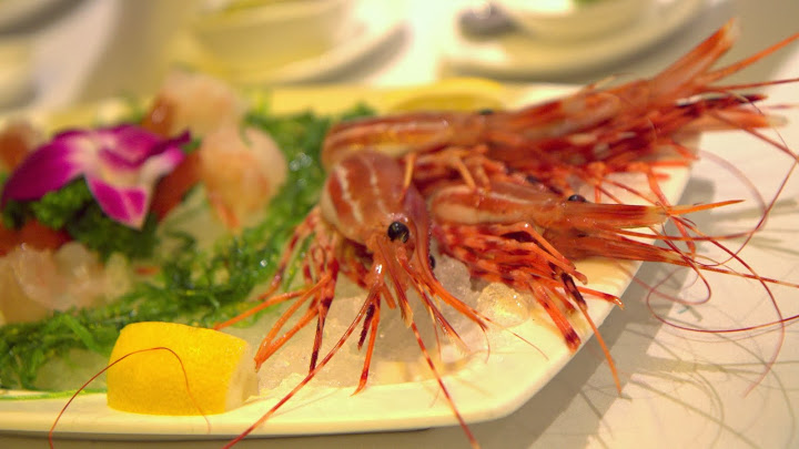 Still wriggling on the plate: live, raw spot prawns at R&G Lounge